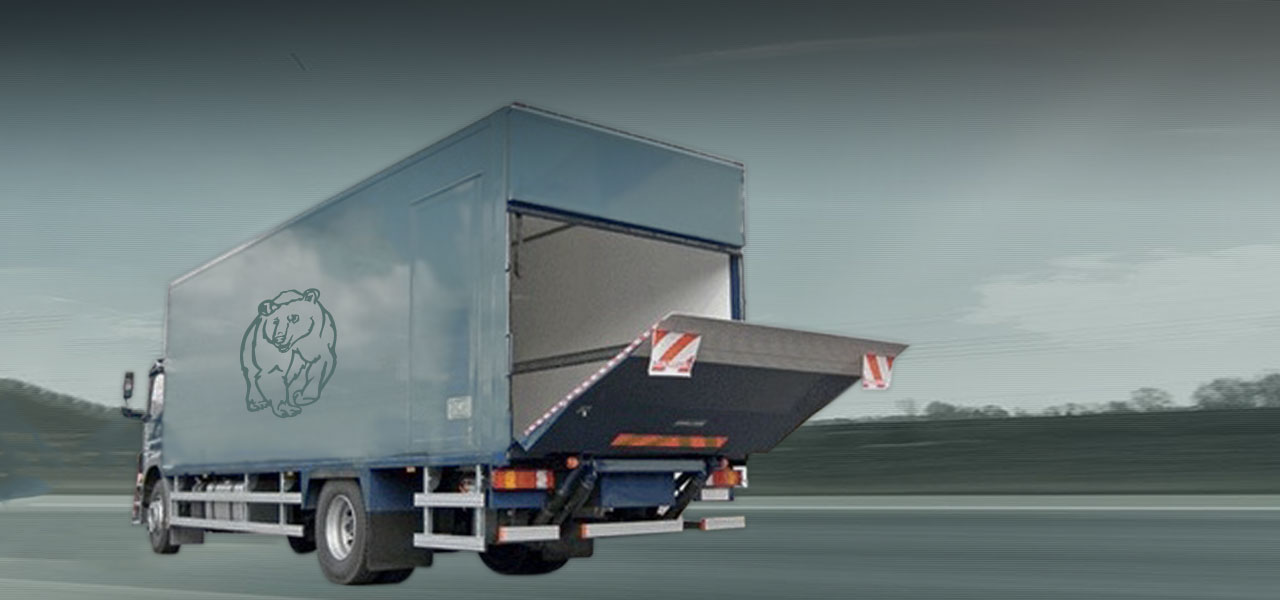 Truck with lifting ramp